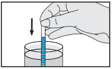 Badania moczu - pasek testowy w próbce moczu